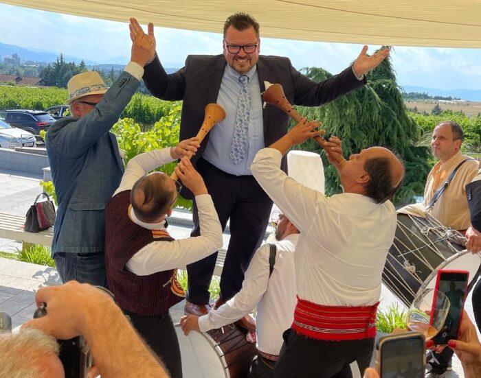 """ЗУРЛИ И ТАПАНИ: Се ожени шеф Марк од """"Брза кујна"""", погледнете ја атмосферата (ВИДЕО)"""