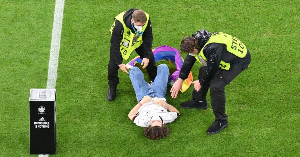 ОВА НЕ ГО ВИДОВТЕ НА ТВ: Навивач влета на теренот, обезбедувањето го совлада (ФОТО)