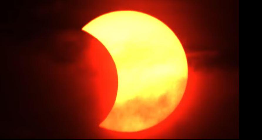 Небесен спектакл: Делумно затемнување на Сонцето (фото)