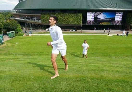 ФОТО: Ѓоковиќ истрча на лондонската трева и тоа бос !