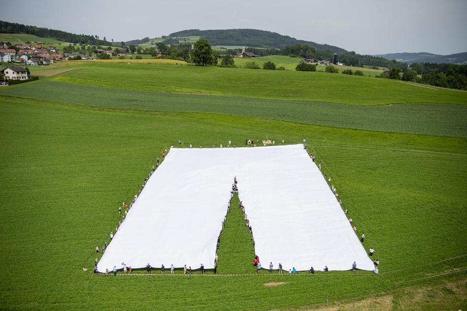 ФОТО: Швајцарски кројач соши панталони од 70 метри
