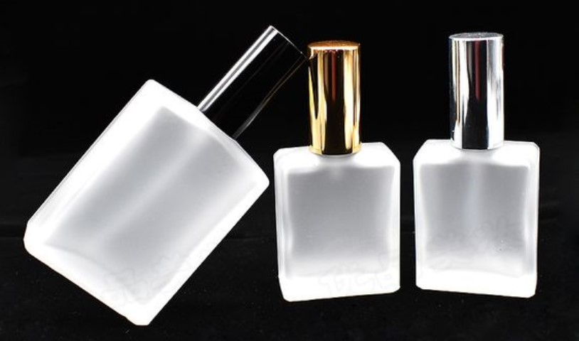 Ако не сакате да ви испари омилениот парфем, еве каде треба да го чувате во текот на летото