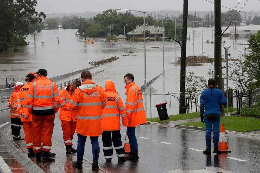 НЕВРЕМЕ ВО АВСТРАЛИЈА: Се откорнаа дрва, луѓе заглавени во автомобили, над 200.000 домаќинства без струја