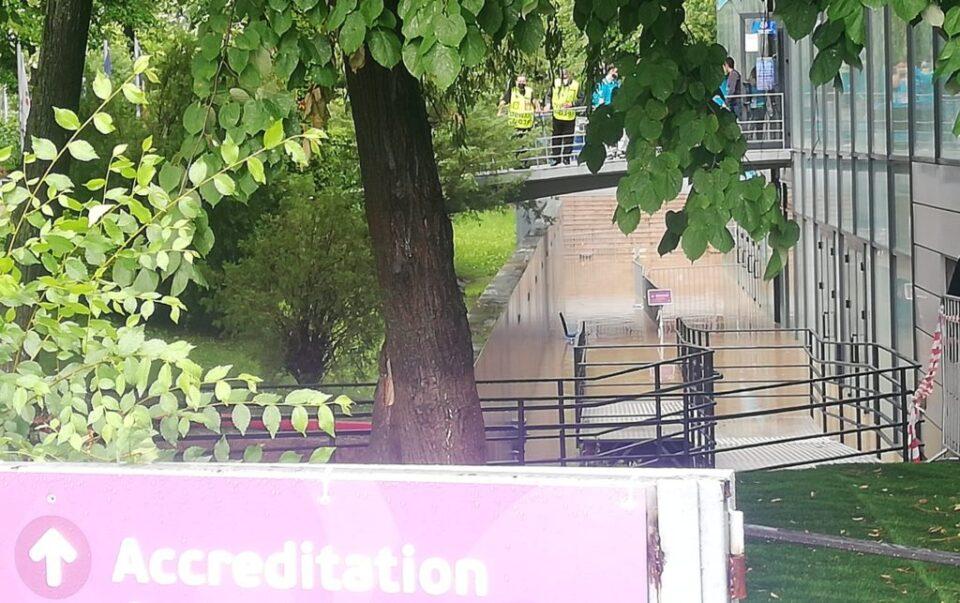 Силно невреме во Букурешт, поплавен центарот за акредитации и теренот од стадионот (ФОТО)