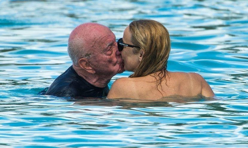 ПОРАНЕШНАТА МАНЕКЕНКА ВО ПРЕГРАТКИТЕ НА 90-ГОДИШНИОТ МИЛИЈАРДЕР: Никој не верува дека се заљубени, а тие уживаат (ФОТО)