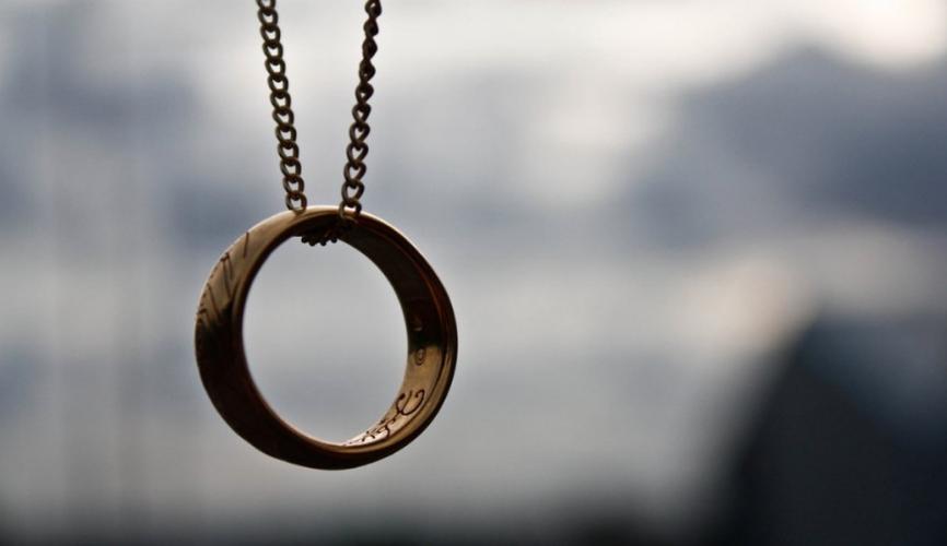 На овој прстен има моќна порака: Има само 4 зборчиња