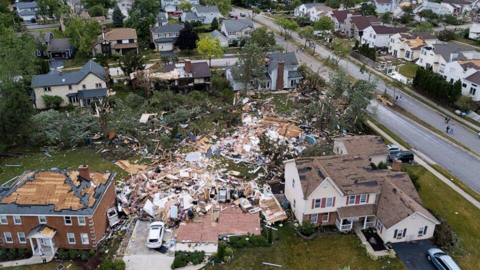 ФОТО: Торнадо во предградие на Чикаго, оштетени над 100 куќи