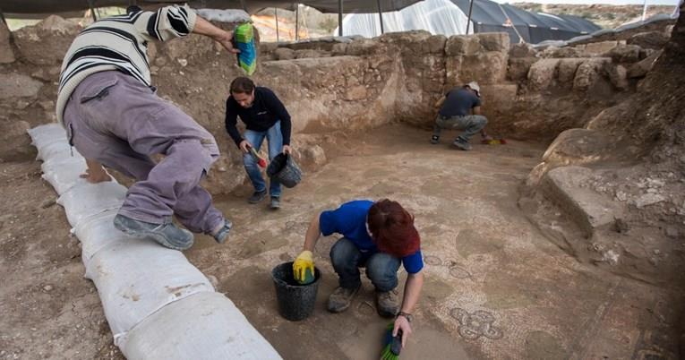 Археолози во Израел пронашле цело јајце, старо илјада години