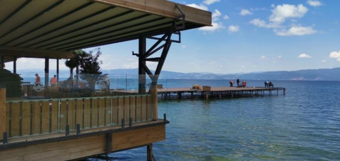 Почна уривањето на нелегалните објекти на најатрактивните плажи во Охрид