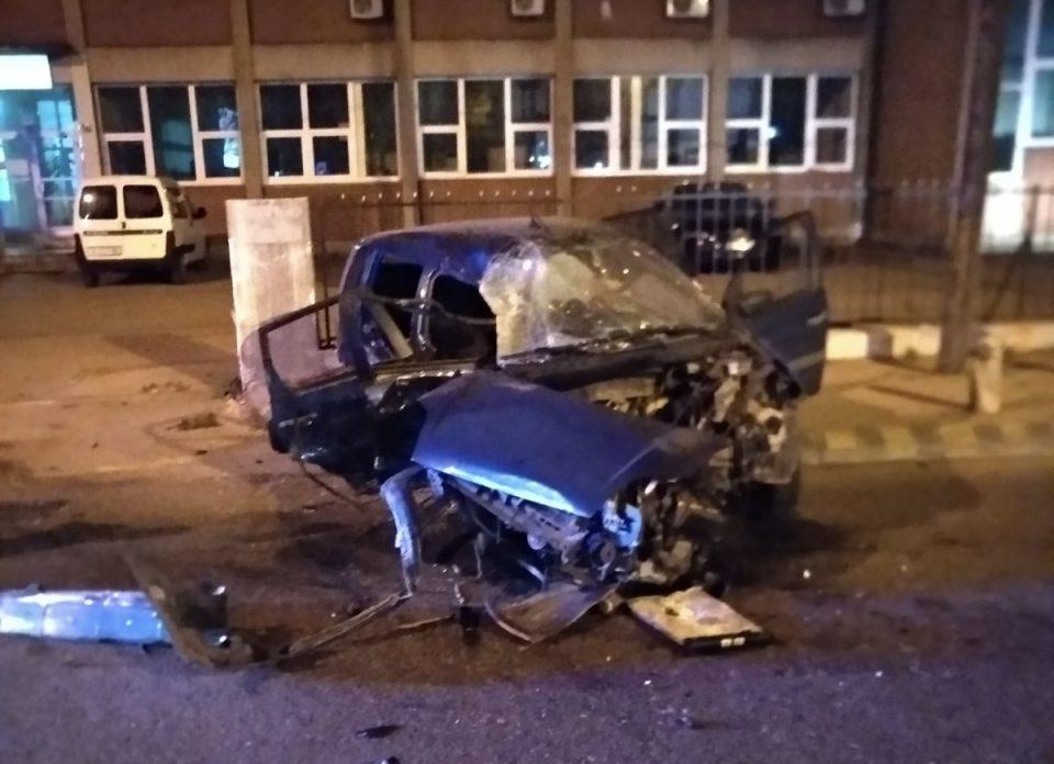 ДЕТАЛИ ЗА СООБРАЌАЈКАТА НА РУЗВЕЛТОВА: Загубил контрола над автомобилот, па сам се забил – тешко повредени млади Скопјани