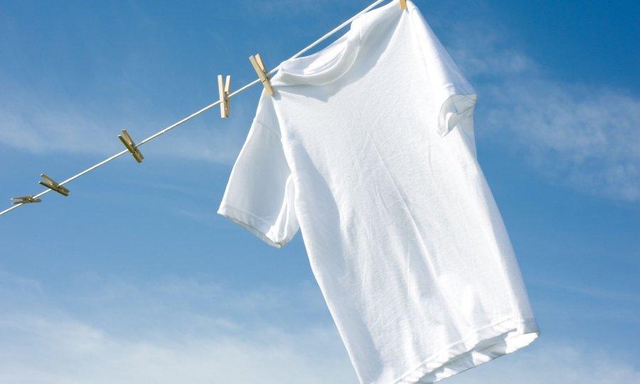 Еве како брзо и лесно ќе се ослободите од непријатните дамки и мирисот на пот кога ќе се впие во вашата облека