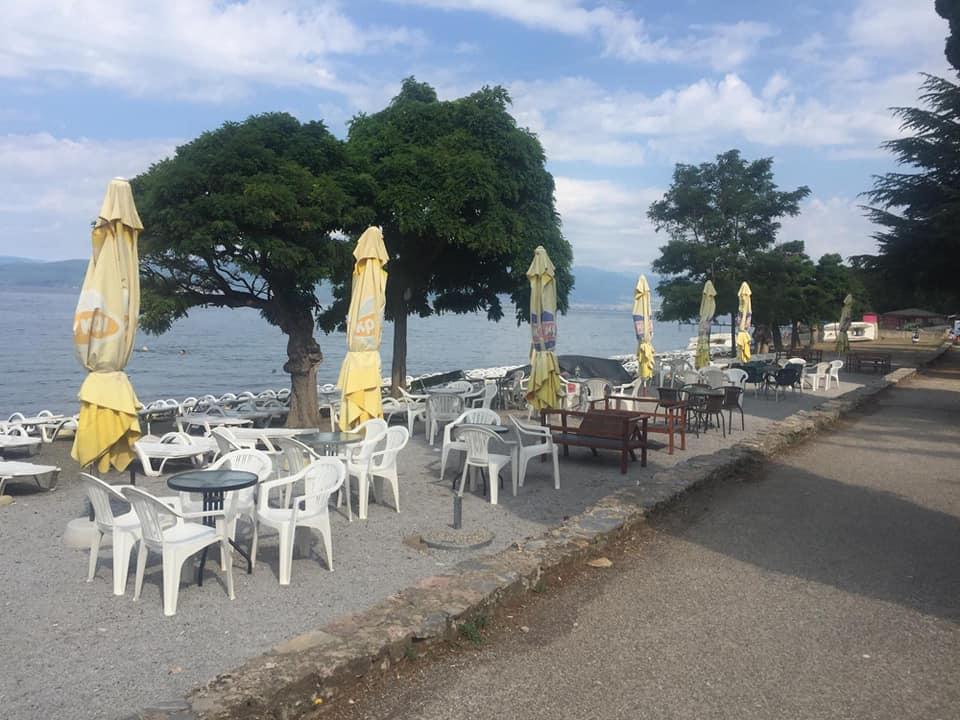Вака изгледаат слободните плажи на Георгиески – кој сака си наплаќа лежалка 300 денари (ФОТО)