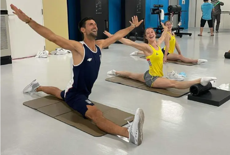 """Новак """"шоу"""" во Токио – Србинот влезе на тренинг на гимнастичарки и ги воодушеви (ФОТО)"""