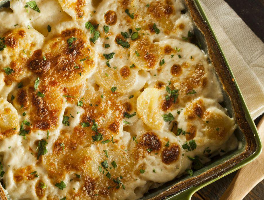 Рецепт за совршен печен компир со сирење кој е тешко да се заборави