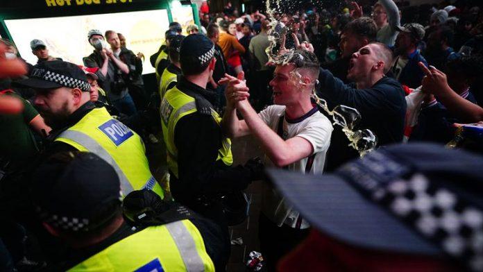 Повредени 19 полицајци по судирот со навивачи, уапсени 49 лица