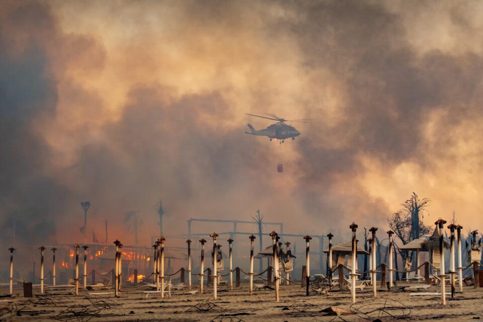 Евакуирани домови, аеродромот затворен: Големи пожари на Сицилија