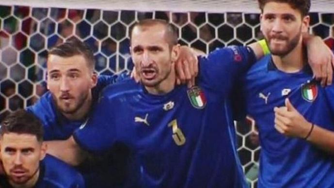 """Легендата за """"Кирикочо"""" заживеа и на ЕВРО 2020, Кјелини потврди дека го баксузирал Сака (ВИДЕО)"""