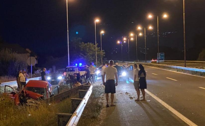 ФОТО: Тешка сообраќајна несреќа се случила ноќеска на автопатот Скопје- Тетово, имало повредени