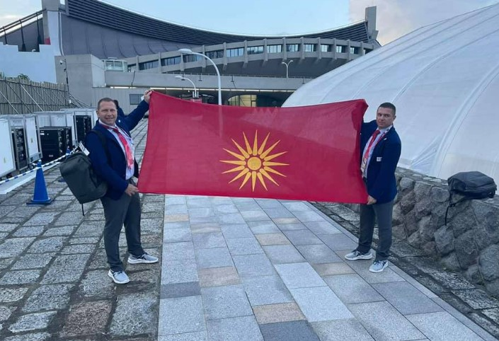 ТРАДИЦИЈАТА ПРОДОЛЖУВА: Македонските ракометни судии на олимпијадата во Токио го развеаа македонското знаме од Кутлеш (ФОТО)