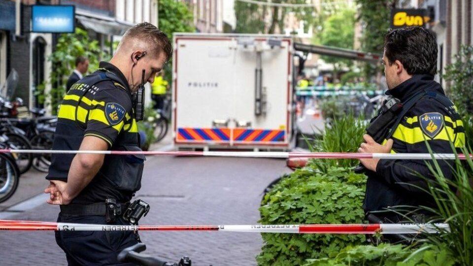 ФОТО: Познат холандски новинар во критична состојба откако е ранет во центарот на Амстердам