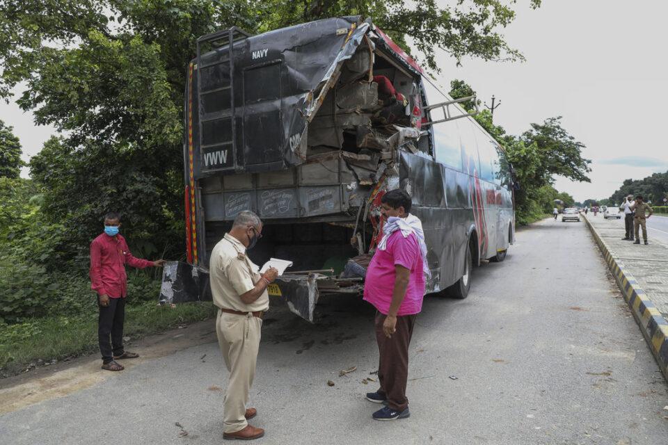 Трагедија во Индија: Најмалку 18 работници кои спиеле покрај пат биле прегазени