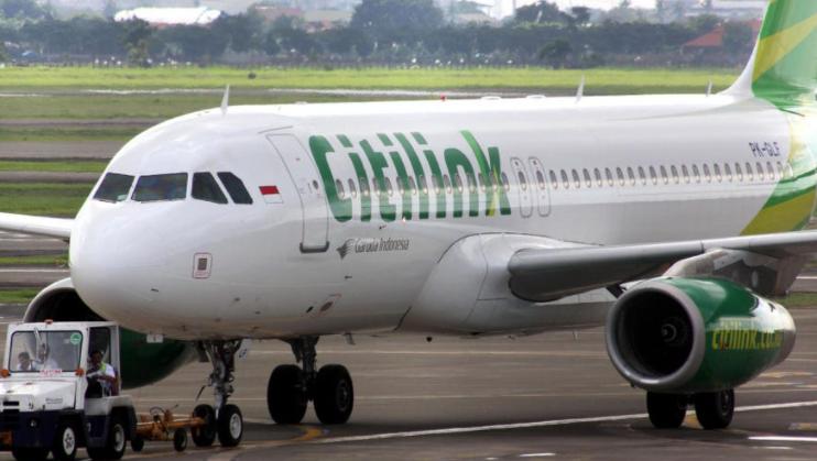 Бил позитивен на коронавирусот па за да полета со авион се маскирал во жена му – приведен Индонезиец, против него ќе биде покренета и постапка