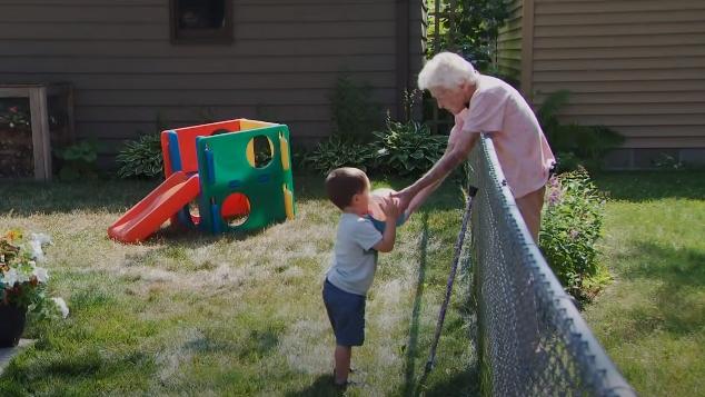 ВИДЕО: Тој има 2, таа 99 години и се најдобри пријатели – Корона карантинот создаде искрено пријателство