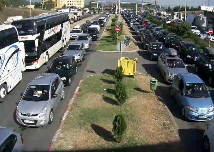 ФОТО: Гужва на граничните премини, се чека по еден час – зголемен интензитет на сообраќај на патиштата