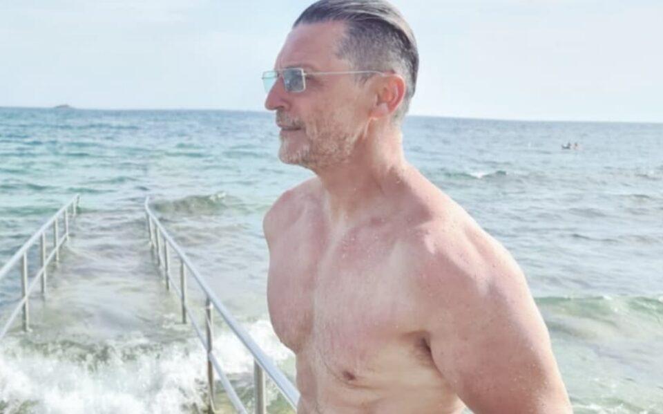 Тој има 52 години, а на изгледот му завидуваат многу помлади мажи: Славниот водител покажа зошто уште го нарекуваат ЗАВОДНИК