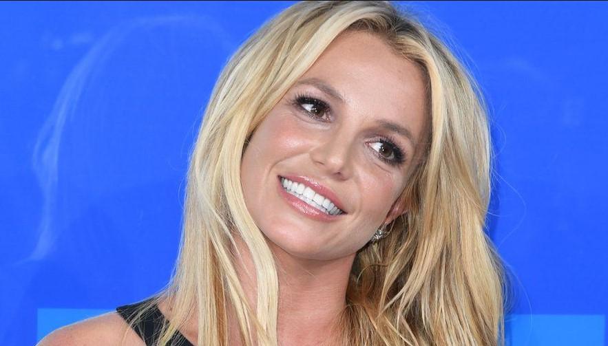 Бритни шокираше со овие видеа: Пејачката позира топлес, но нешто не е во ред – фановите загрижени