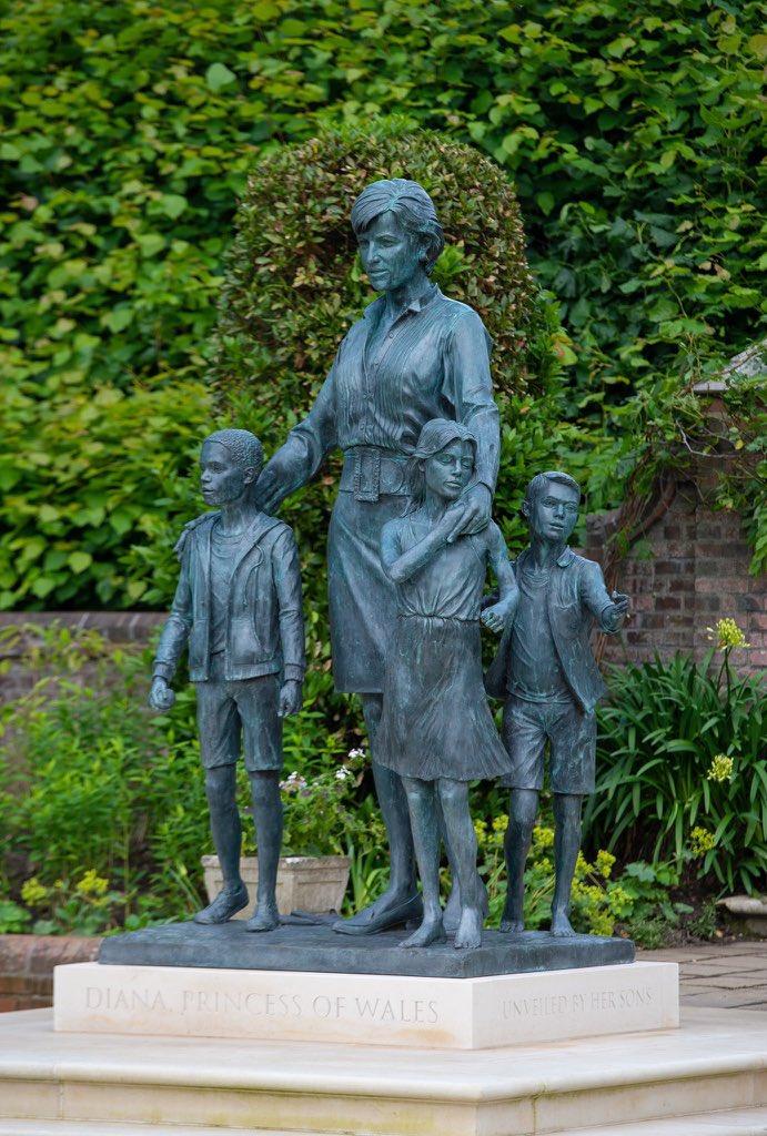 Под статуата на принцезата Дијана се врежани стихови- еве за која песна станува збор