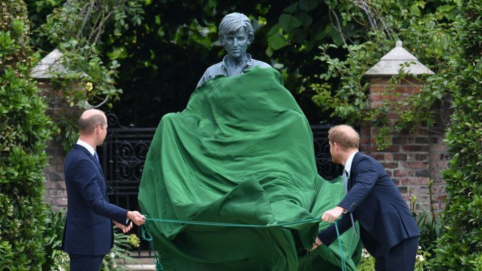 ФОТО: Откриена статуата на Дaјана