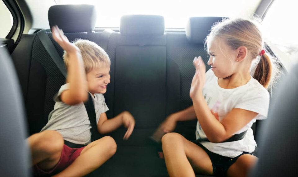 Добро е да го разладите автомобилот со клима, но ако во него има деца – овие работи мора да ги знаете