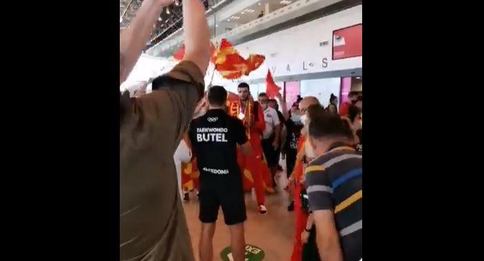 ВИДЕО: Добредојде за олимпискиот вицешампион, Дејан Георгиевски – овации на скопскиот аеродром