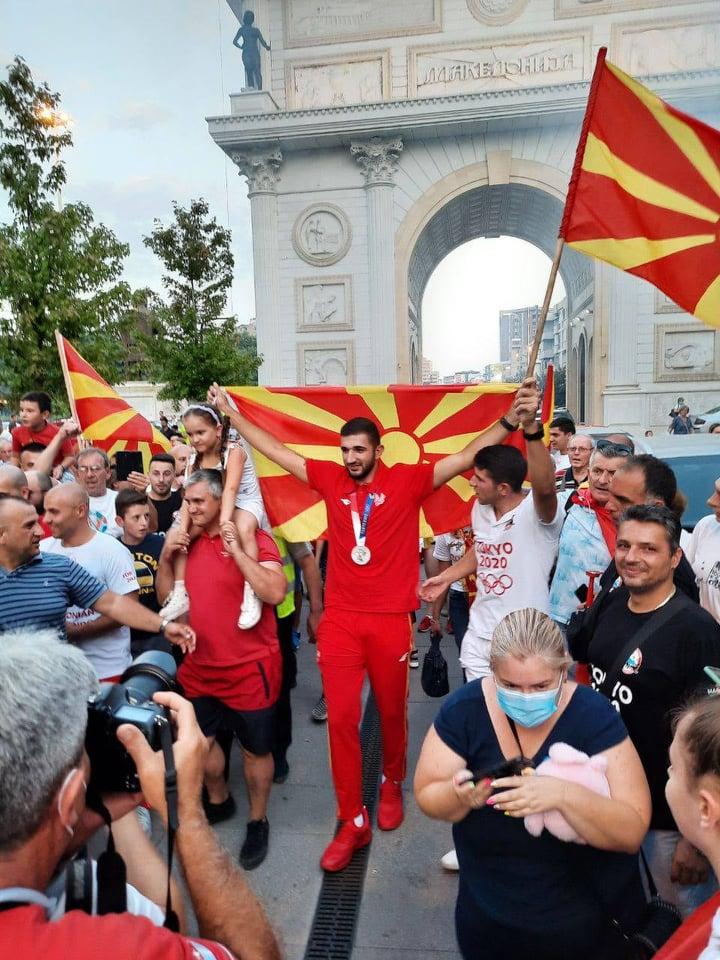 Македонскиот ШАМПИОН Георгиевски со олимпиското сребро на вратот и македонското знаме во раце ГОРДО помина под Порта Македонија