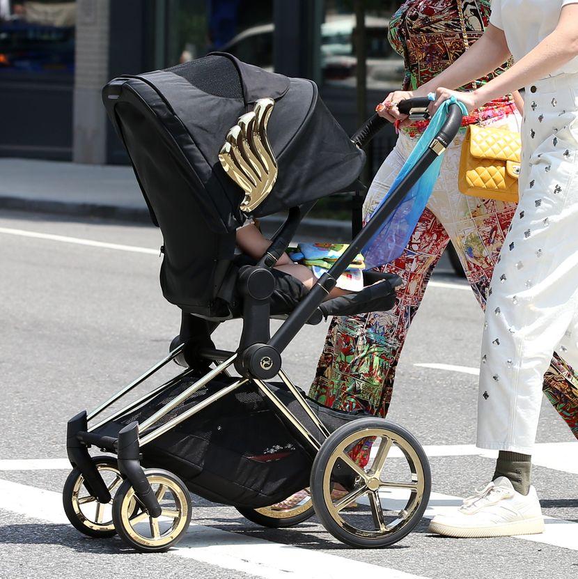 Џиџи Хадид се прошета со ќерка и: Сите очи вперени во детската количка, а еве и зошто (ФОТО)