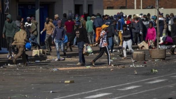 Војската во Јужна Африка ќе и помага на полицијата за справување со немирите