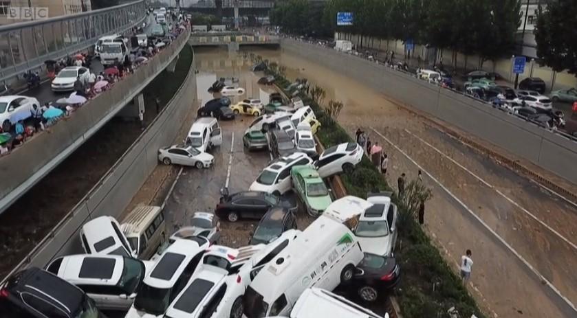 (Видео) Снимка од дрон го прикажува ужасот во Кина, метро-станицата сѐ уште е под вода