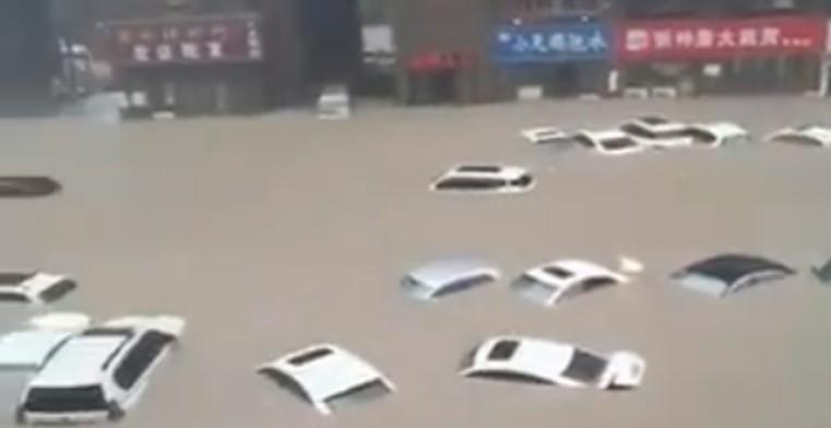 Луѓе заробени, страшни поплави во Кина (ВИДЕО)