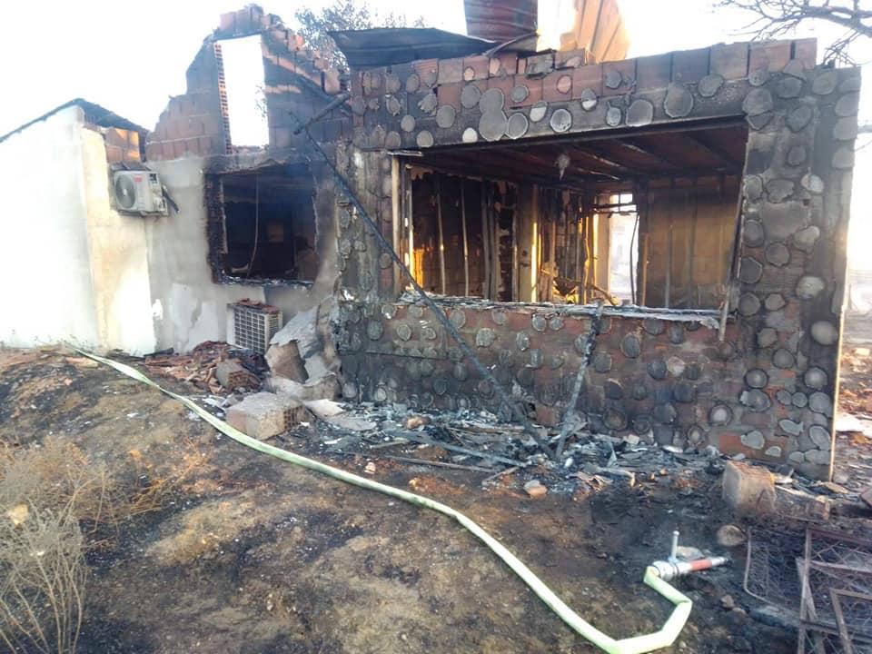 Детали за опасниот пожар во Карбинци: Спасени две лица, пеплосана нивната куќа (ФОТО)