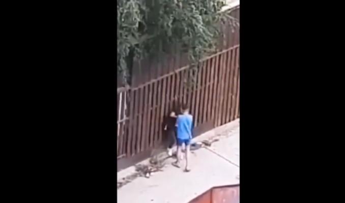 Вознемирувачко видео од Куманово: Дечко тепа девојка, па и тој доби ќотек – се огласија од МВР