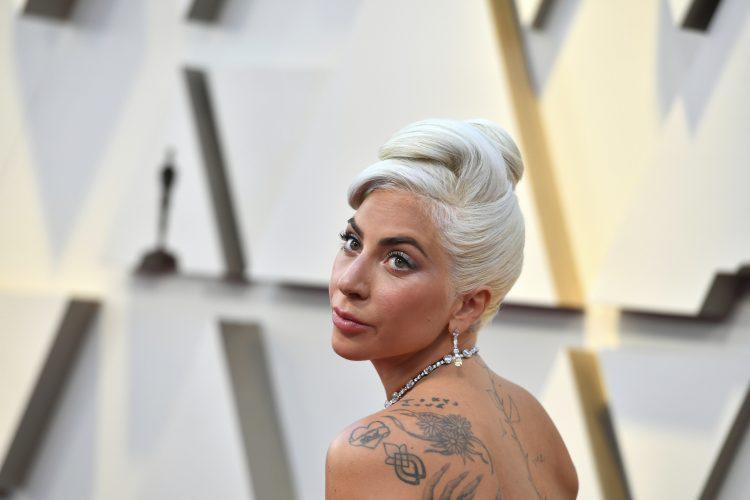Карлеуша го носеше овој детаљ уште во 2018 година, а Лејди Гага го ископира дури денес – на која пејачка подобро и стои (ФОТО)