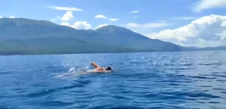 Марко Пејчиновски повторно го преплива Охридското езеро (ВИДЕО)