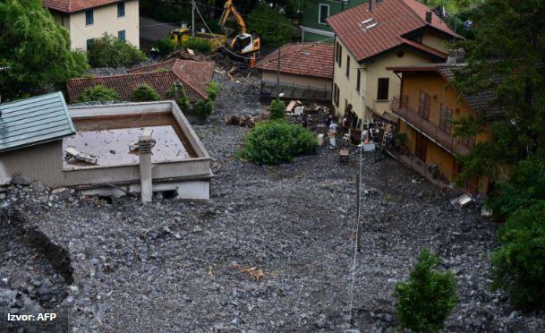 """ФОТО: Силно невреме ја погоди Италија, земјата ги """"голта"""" автомобилите, куќите поплавени"""