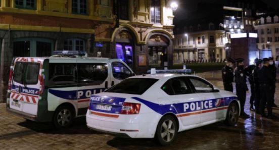 ВИДЕО: Автомобил влета во летна тераса на кафуле во Париз, најмалку еден загинат