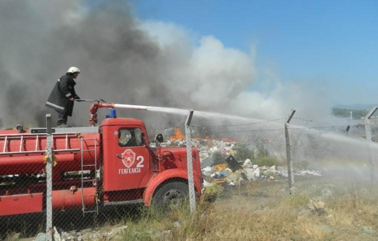 Oпожарени две вили во Карбинци: Пожарникари се борат со пламенот, ветерот им ја отежнува работата