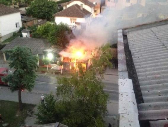 Опожарена стара позната берберница во Кавадарци, изгорел помошниот објект до неа