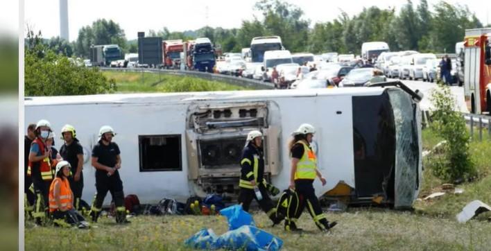 Повредени се 19 лица: Погледнете како изгледа тешката несреќа, се преврте германски автобус кој стигнал од Србија
