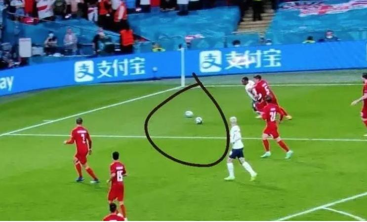 Што гледаше судијата: Две топки на теренот пред пеналот за Англија (видео)