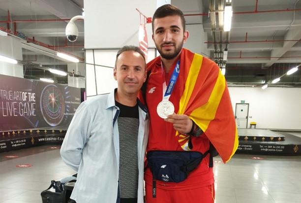 Македонија се гордее со вас двајца: Симон со убави зборови и прегратка за Дејан (ФОТО)